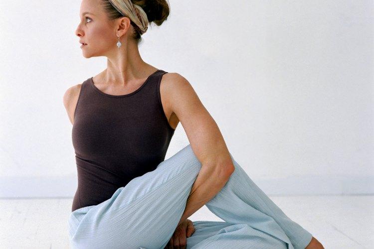 La ropa básica para verte delgada y los accesorios simples crean un conjunto de repa deportiva lindo.