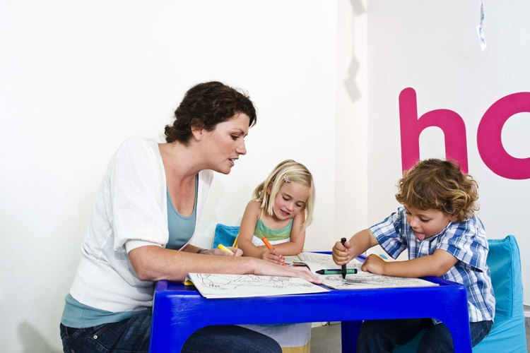 Los profesores pueden ayudar a los niños a desarrollarse a través de las actividades de coloreo.