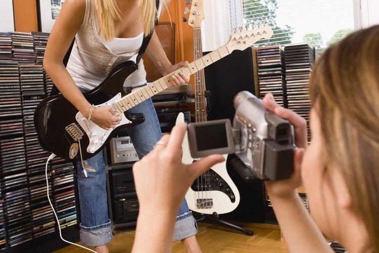 Si tu adolescente está enganchado en las películas y la música, considera montar una sala con temática de entretenimiento.