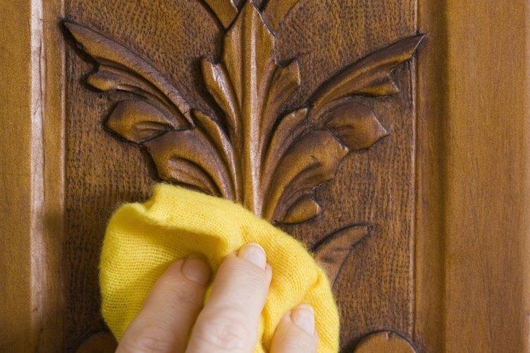 Pule la madera a mano después de haberla barnizado.
