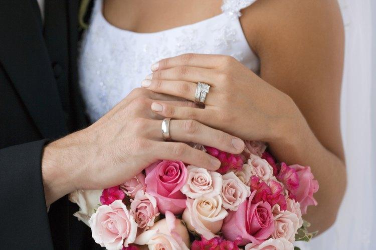 Pareja usando anillos de bodas.