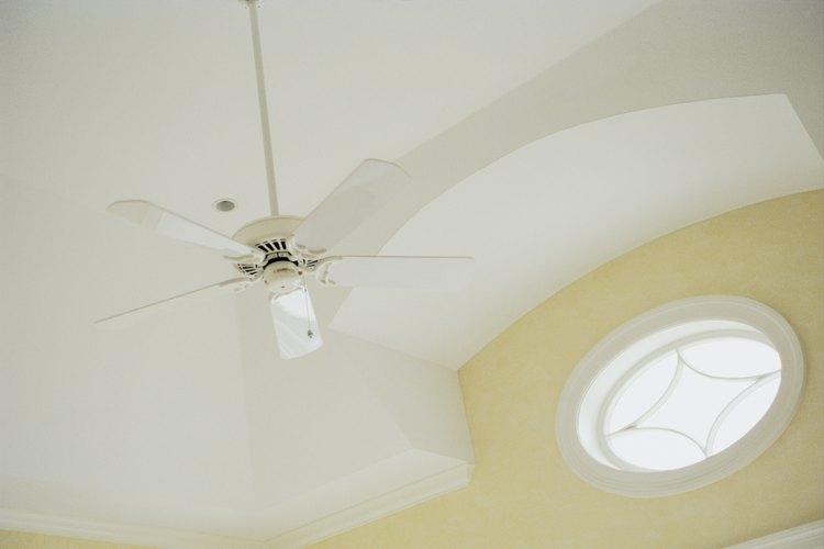 Usa un barral para bajar el ventilador a una altura adecuada.