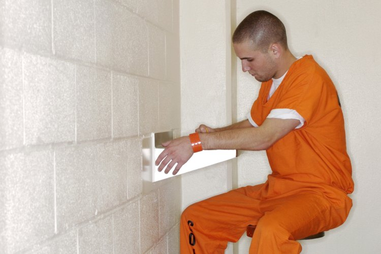 Escribe cartas a tu hijo encarcelado para no perder el contacto.