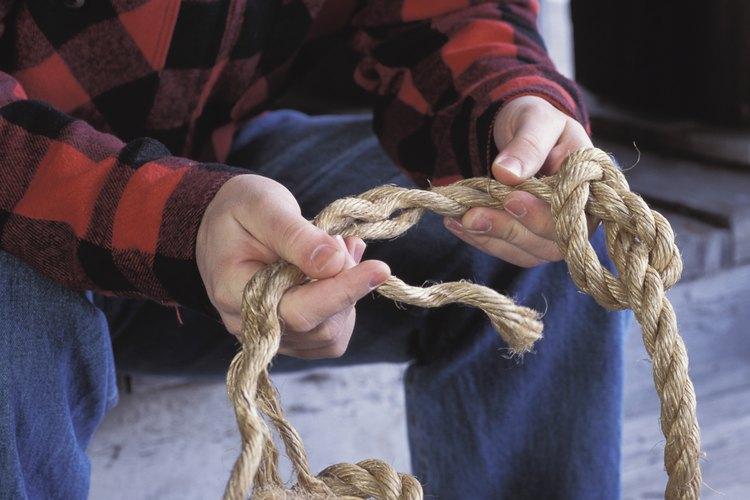 Anuda las tres cuerdas juntas.