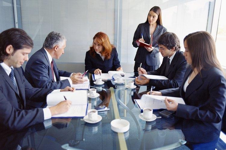 En las juntas directivas un secretario se encarga de anotar las actas o minutas.