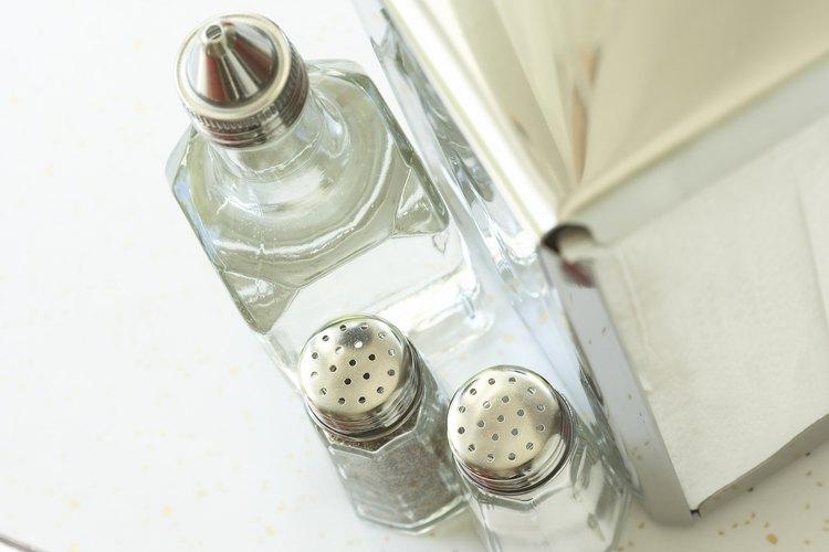 Vinagre y sal, utilizados para la limpieza en el hogar.