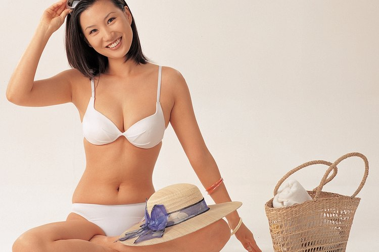 Usa la cuerda elástica para terminar de armar tu bikini.