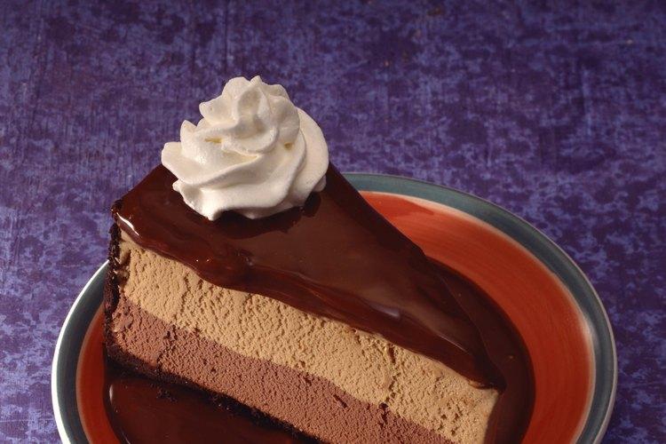 Esparce crema batida de forma pareja sobre el pastel.