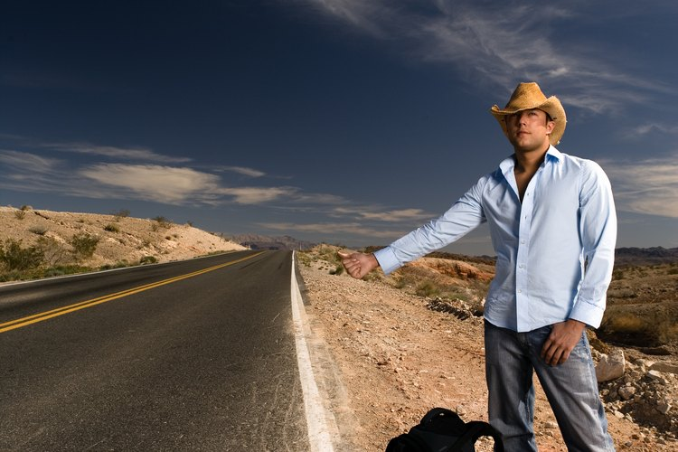 Mantente en los senderos y caminos mantenidos, no recojas a nadie en las  autoestopistas ni te pongas en contacto con personas que no parecen estar en una caminata recreativa o montando a caballo.