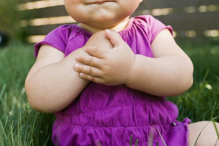 Tu patio, el parque o el zoológico son lugares de juego al aire libre que funcionan bien para el recreo de tu bebé.