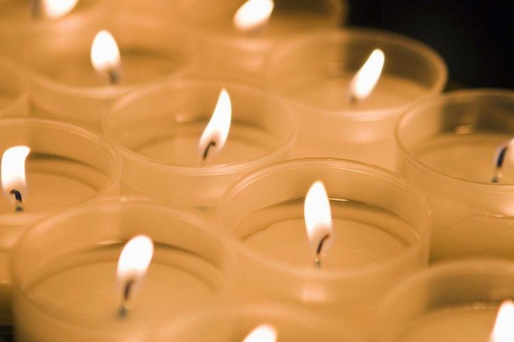 Puedes encender velas para que lleve tu familia en las Estaciones de la Cruz.