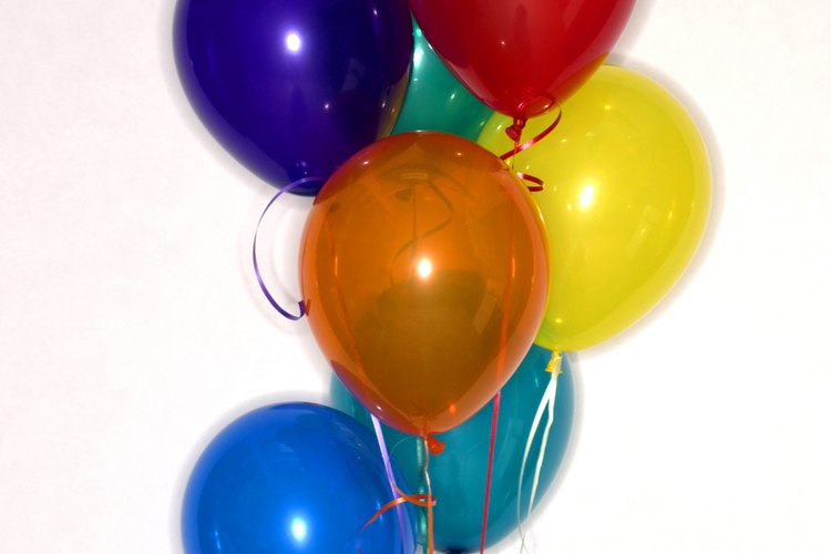 Usa globos para hacer los centros de mesa de tu boda.
