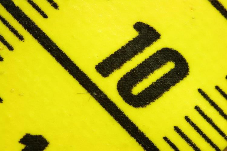 Mide la longitud y la anchura de la habitación en pulgadas con una cinta de medición.