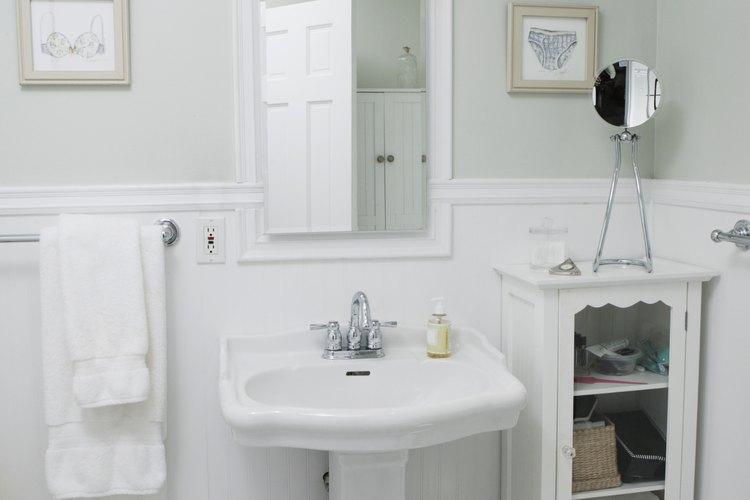 Los baños pequeños y húmedos pueden beneficiarse de acabados de pintura específicos.