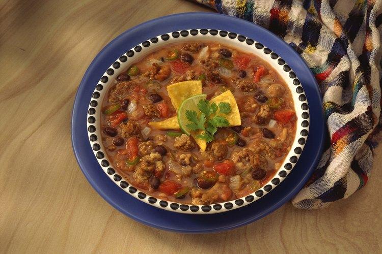 La sopa de frijoles con carne de cerdo ahumada es una buena comida.