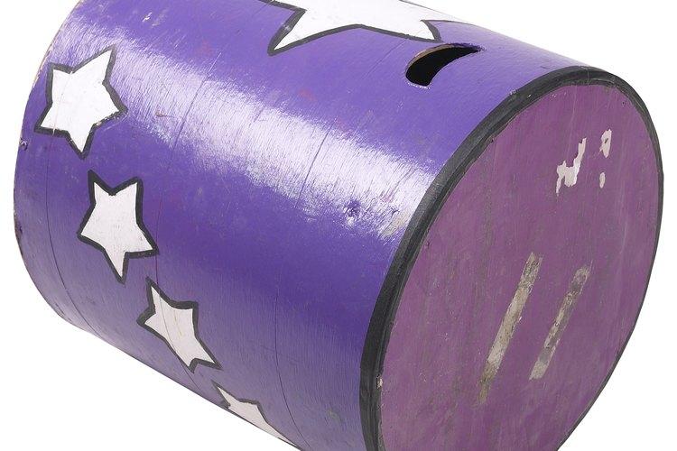 El cilindro se mueve linealmente sobre una superficie mientras gira sobre su eje.