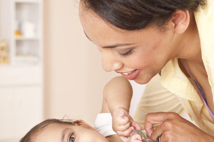 Hablar, cantar y tocar al bebé contribuye al vínculo madre-infante.