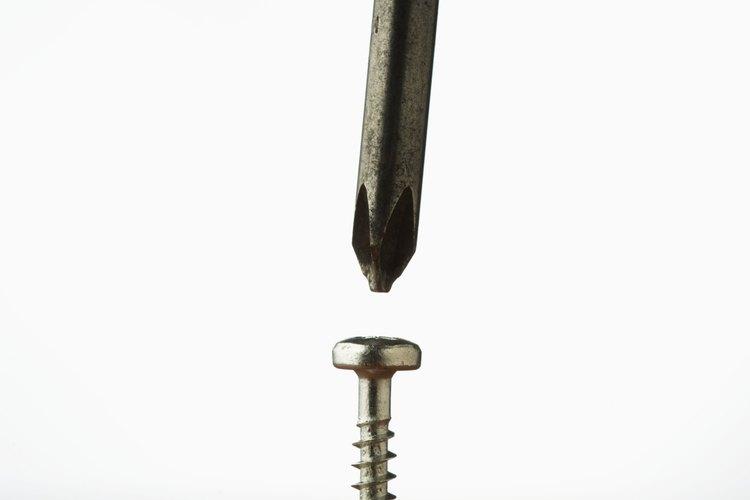 Los de ranura cruzada y simple son los dos tipos más comunes de tornillos.