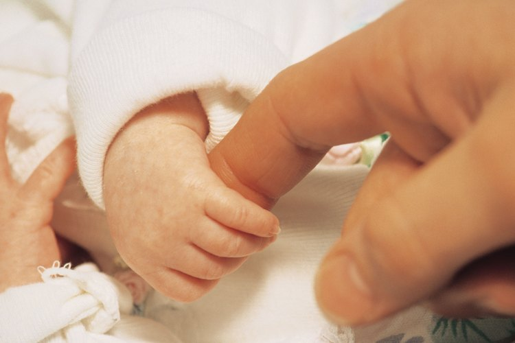 Al principio un recién nacido puede necesitar un empujoncito para llorar.
