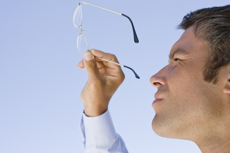 Los lentes de anteojos están protegidos por recubrimientos antiarañazos y antirreflectantes.