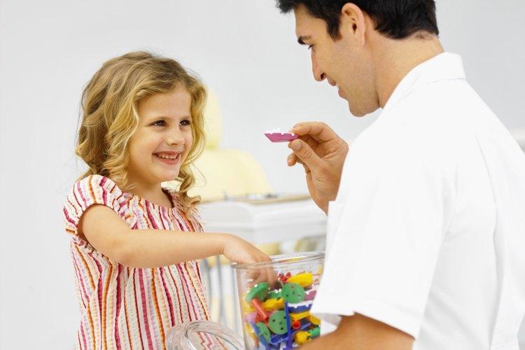 Si los niños se comportan bien, se ganan un caramelo o juguetes.