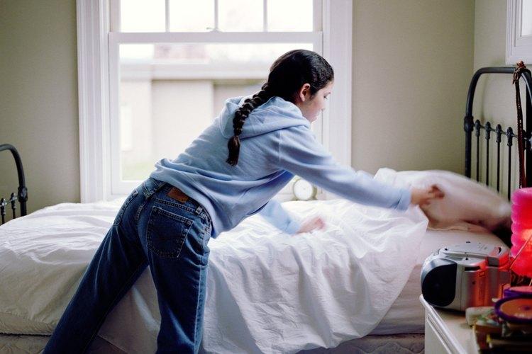 Hacer la cama es una tarea sencilla para los niños de todas las edades.