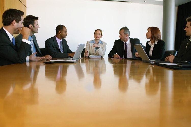 Este alto ejecutivo es un representante de la empresa en cada reunión.