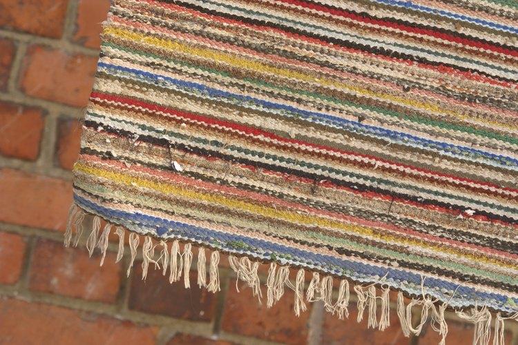 Por lo general, los tintes utilizados en la fabricación tradicional de alfombras se obtienen de la vegetación local.