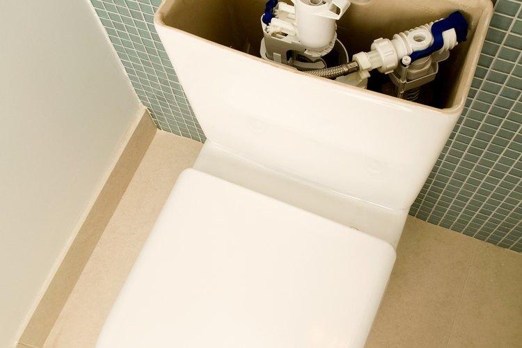 Una tapa de tanque de inodoro rota produce un malestar mayor a la vista del baño.