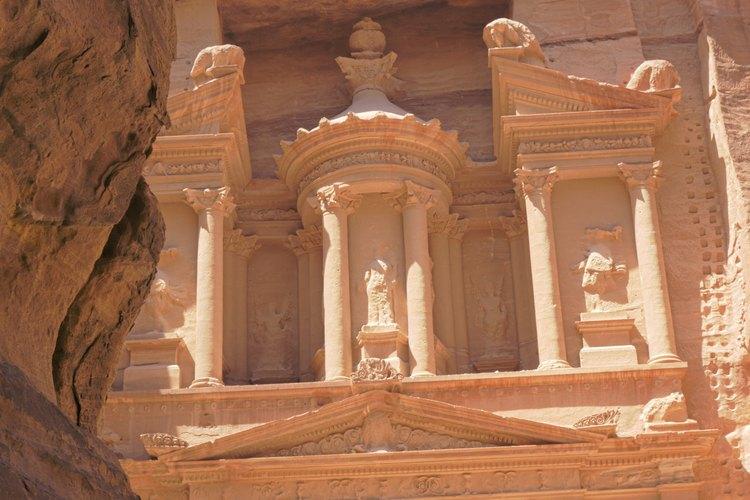 La fachada de un antiguo edificio del tesoro en Jordania.