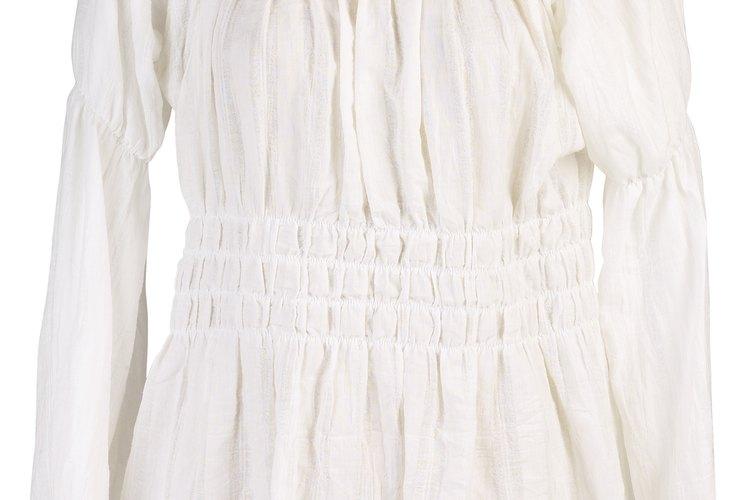 Crea plegados en la línea del cuello o la línea del busco con hilo elástico.