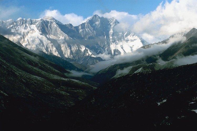 Los visitantes a menudo toman largas caminatas en el Himalaya.
