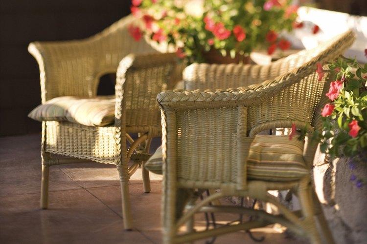 Los muebles de mimbre pueden ser una opción práctica para vestir porches.