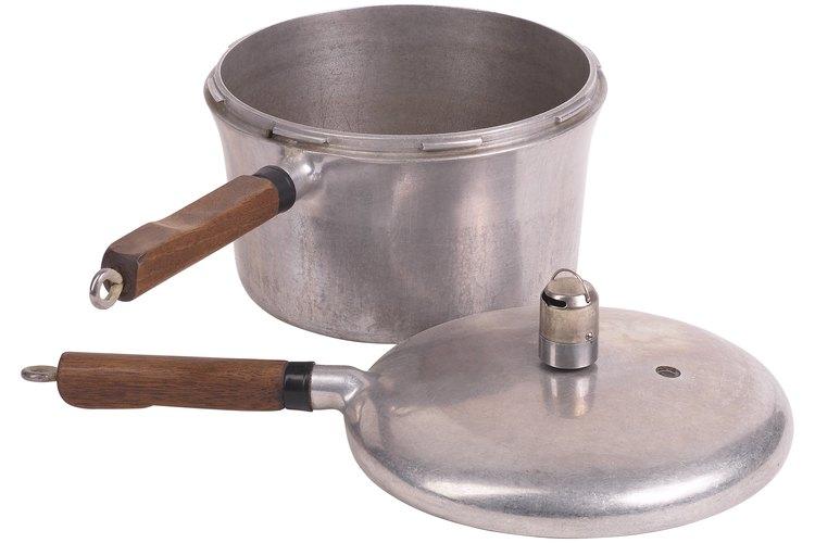 Las ollas a presión preparan los alimentos en menos tiempo que las ollas y sartenes convencionales.