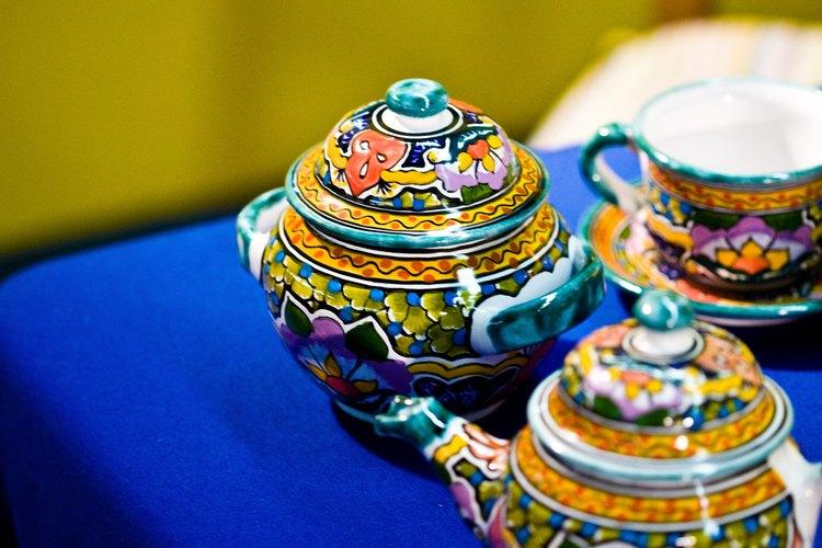 Tu esposa podría amar un juego de té de porcelana decorativa para mostrar en el aparador.