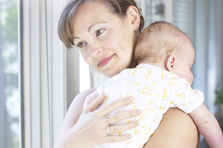 Hacer eructar a tu bebé puede convertirse en parte del abrazo de la alimentación.