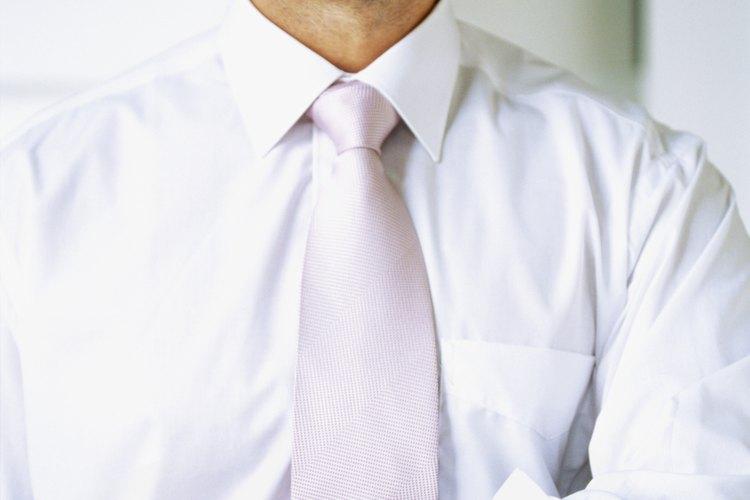 Las camisas de vestir blancas clásicas van bien con un traje marrón.