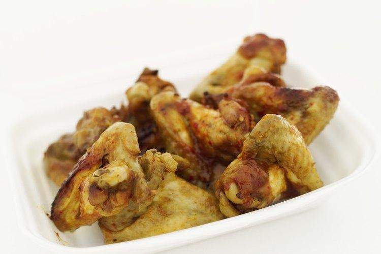 Sirve las alitas de pollo como aperitivo o como una comida.
