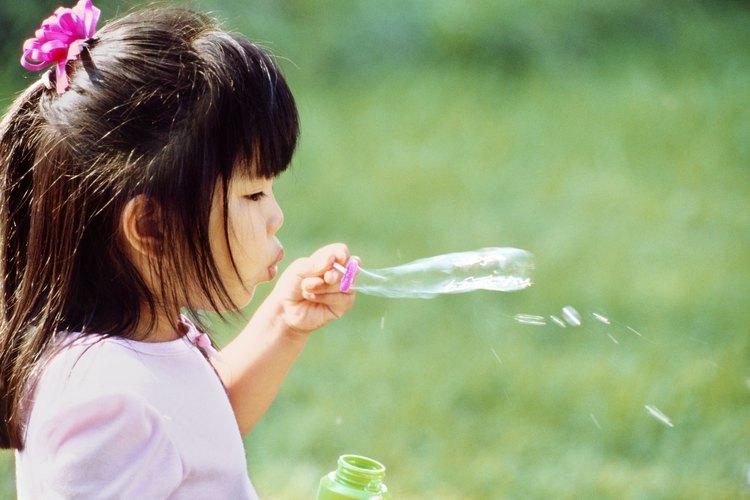 El preparar tu propia solución para hacer burbujas es una opción de actividad para los niños más grandes.