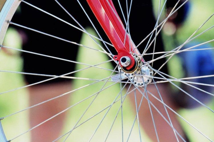 Los rayos de alambre y un eje, dos aplicaciones diferentes de acero en una misma rueda de bicicleta.