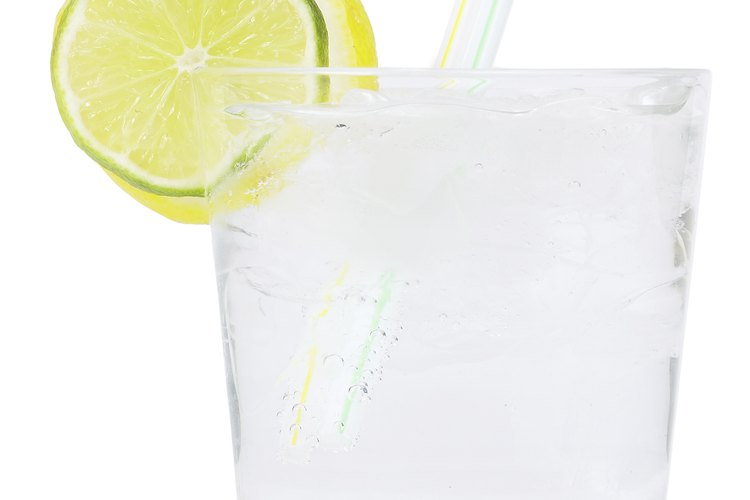 El gin-tonic es un cóctel muy popular que utiliza agua tónica.