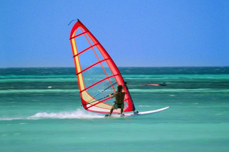Aruba ofrece una variedad de actividades acuáticas, como windsurf.