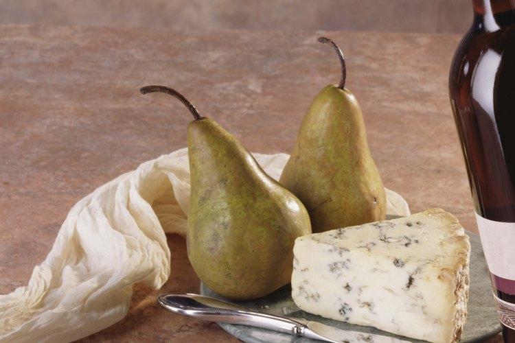 Sirve las peras maduras con vino y queso.