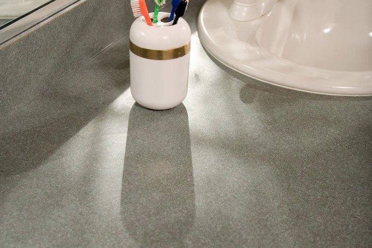 Limpia el granito con un limpiador de granito especializado.