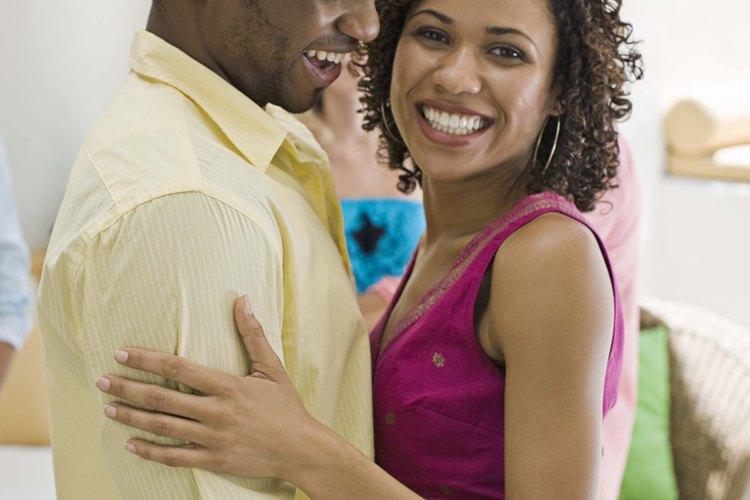 Conseguir que tu novio te abrace puede suceder a través de acciones sentimentales y palabras.