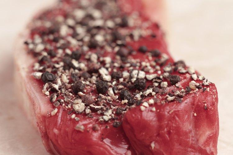 Condimentar los filetes te permitirá asegurarte que tengan una buena costra en su parte exterior.