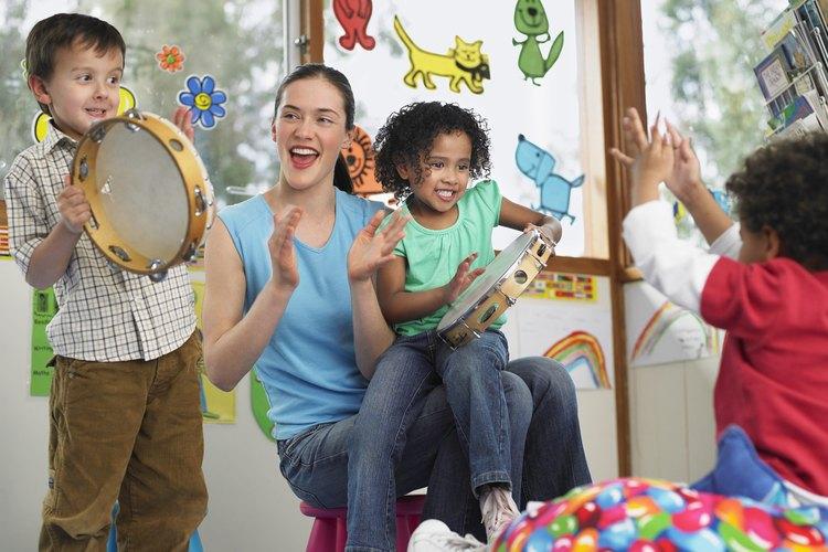 Reúne a todos en círculo, eligiendo instrumentos. Permite que golpeen, aplaudan y canten.