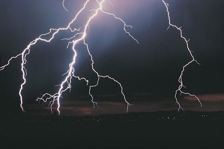 Riesgos tales como mal clima pueden afectar el cronograma de un proyecto de construcción.