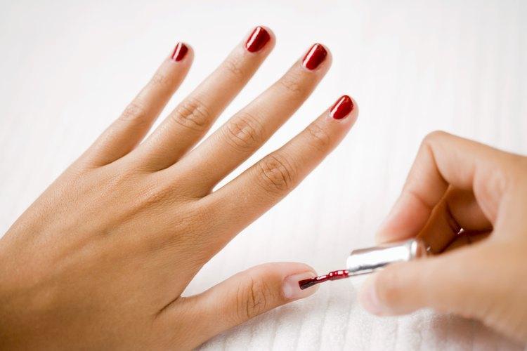 Asegúrate de que tu esmalte no tenga grumos o esté duro antes de ponerlo en tus uñas.