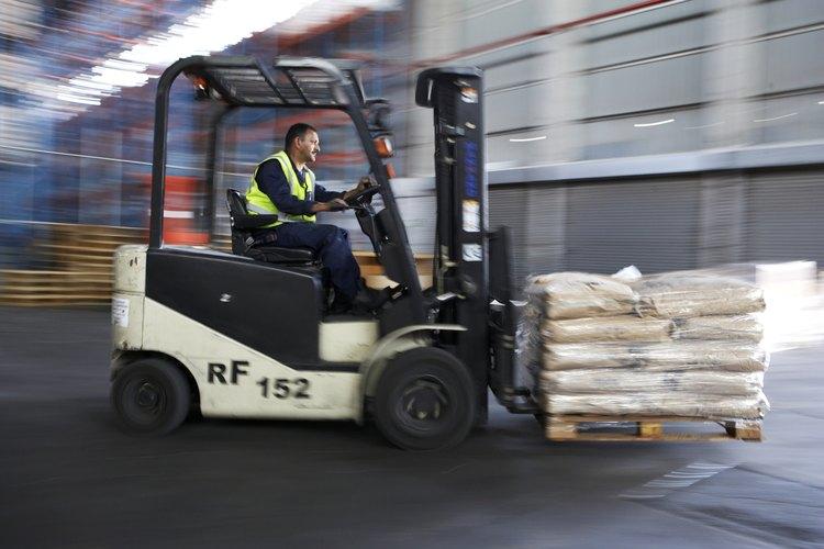Las mercancías que llegan a los EE.UU. son asistidas por agentes de aduanas.